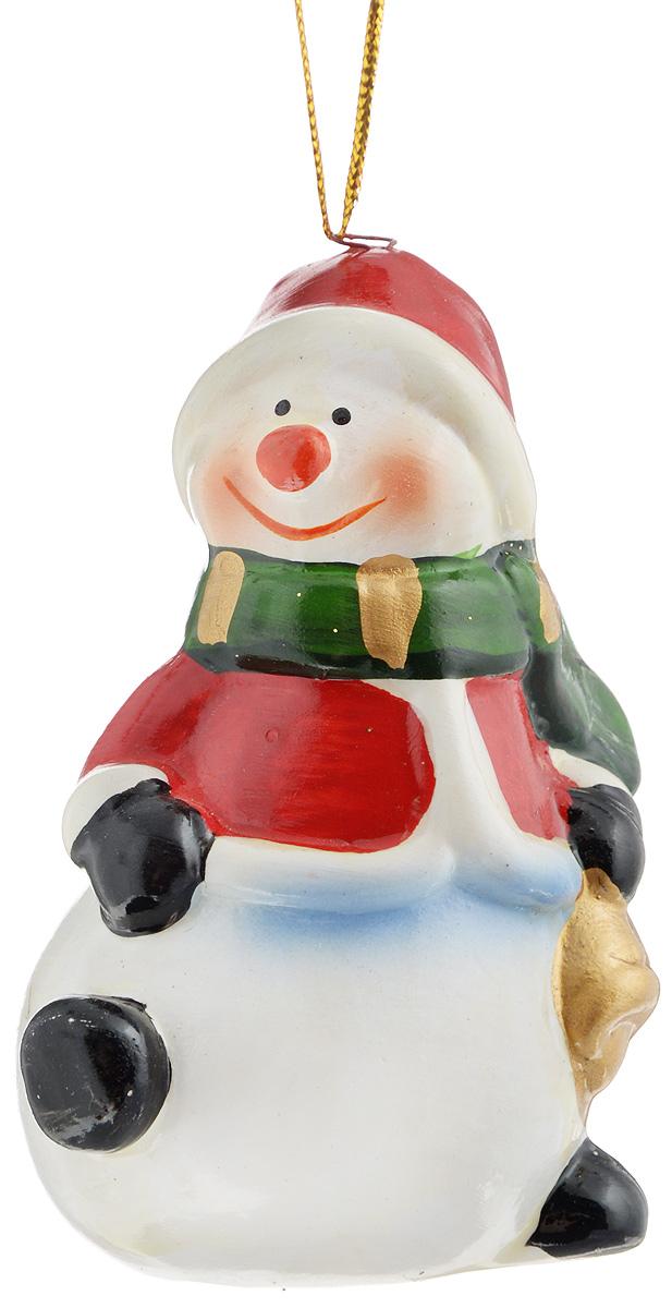 """Новогоднее подвесное украшение House & Holder """"Снеговик"""" выполнено из керамики. С помощью специальной петельки украшение можно повесить в любом понравившемся вам месте. Но, конечно, удачнее всего оно будет смотреться на праздничной елке.Елочная игрушка - символ Нового года. Она несет в себе волшебство и красоту праздника. Создайте в своем доме атмосферу веселья и радости, украшая новогоднюю елку нарядными игрушками, которые будут из года в год накапливать теплоту воспоминаний.Размер: 7,5 х 4,5 х 4 см."""