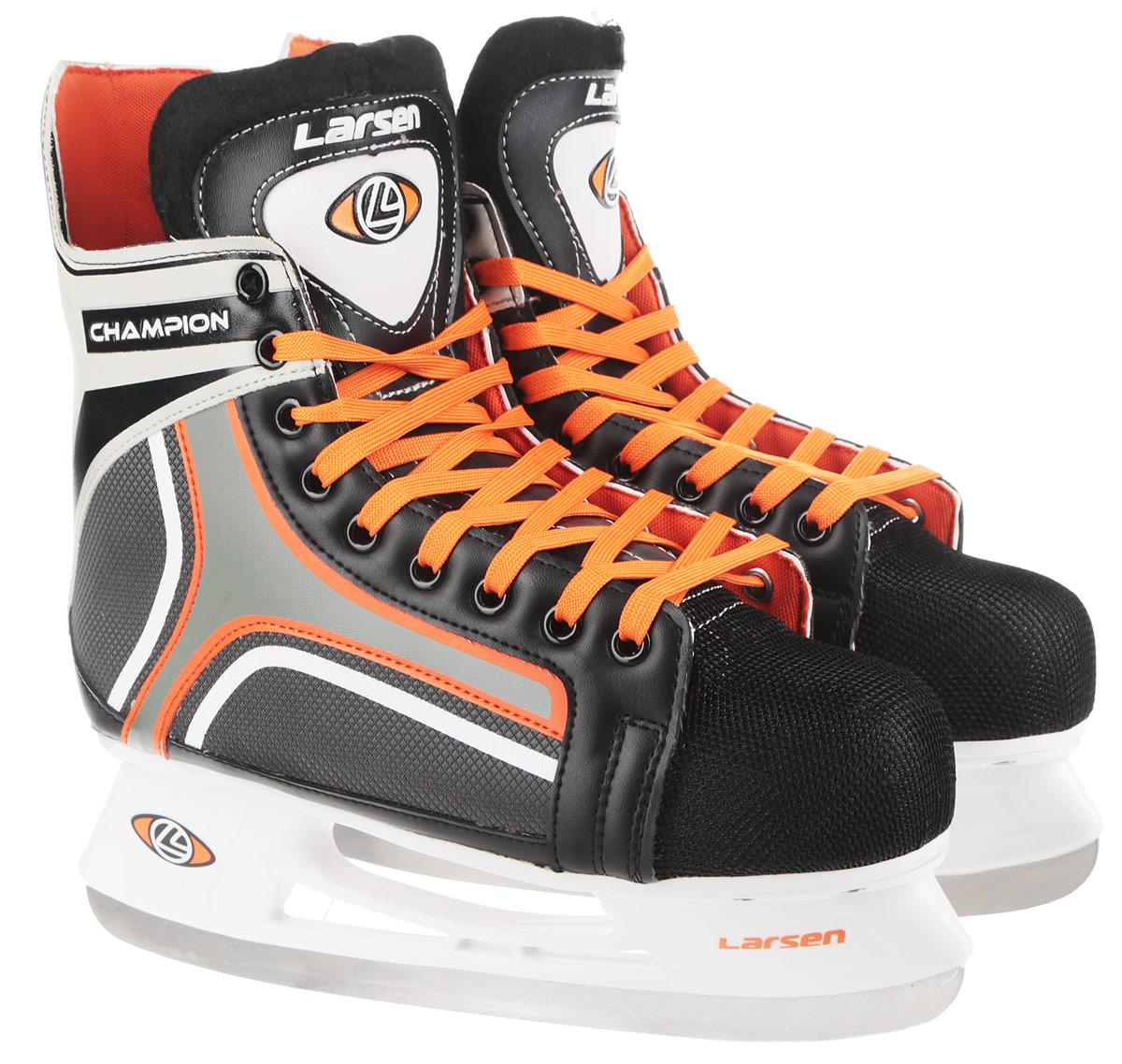 Коньки хоккейные мужские Larsen Champion, цвет: черный, белый, оранжевый. Размер 38ChampionСтильные коньки Champion от Larsen прекрасно подойдут для начинающих игроков в хоккей.Ботинок выполнен из морозоустойчивого поливинилхлорида. Мыс дополненвставкой из полипропилена, покрытого сетчатым нейлоном, которая защитит ноги от ударов.Внутренний слой изготовлен измягкого текстиля, который обеспечит тепло и комфорт во время катания, язычок - из войлока.Плотная шнуровка надежно фиксирует модель на ноге. Голеностоп имеет удобный суппорт. Стелька из EVA с текстильной поверхностью обеспечит комфортное катание. Стойкавыполнена из ударопрочного полипропилена. Лезвие из нержавеющей стали обеспечитпревосходное скольжение. В комплект входят пластиковые чехлы для лезвий. Температура использования до -20°С.