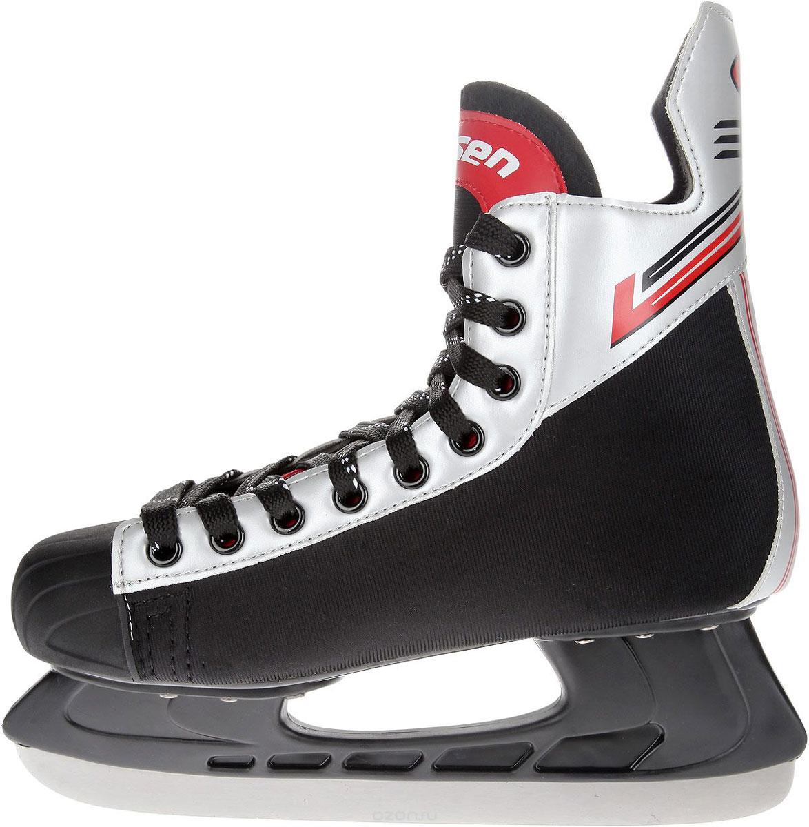 Коньки хоккейные мужские Larsen Alex, цвет: черный, серебристый, красный. Размер 44AlexСтильные коньки Alex от Larsen прекрасно подойдут для начинающих игроков в хоккей. Ботиноквыполнен из нейлона и морозоустойчивого поливинилхлорида. Мыс дополнен вставкой изполиуретана, которая защитит ноги от ударов. Внутренний слой изготовлен из мягкого текстиля,который обеспечит тепло и комфорт во время катания, язычок - из войлока. Плотная шнуровканадежно фиксирует модель на ноге. Голеностоп имеет удобный суппорт. Стелька из EVA стекстильной поверхностью обеспечит комфортное катание. Стойка выполнена изударопрочного полипропилена. Лезвие из нержавеющей стали обеспечит превосходноескольжение. В комплект входят пластиковые чехлы для лезвий.