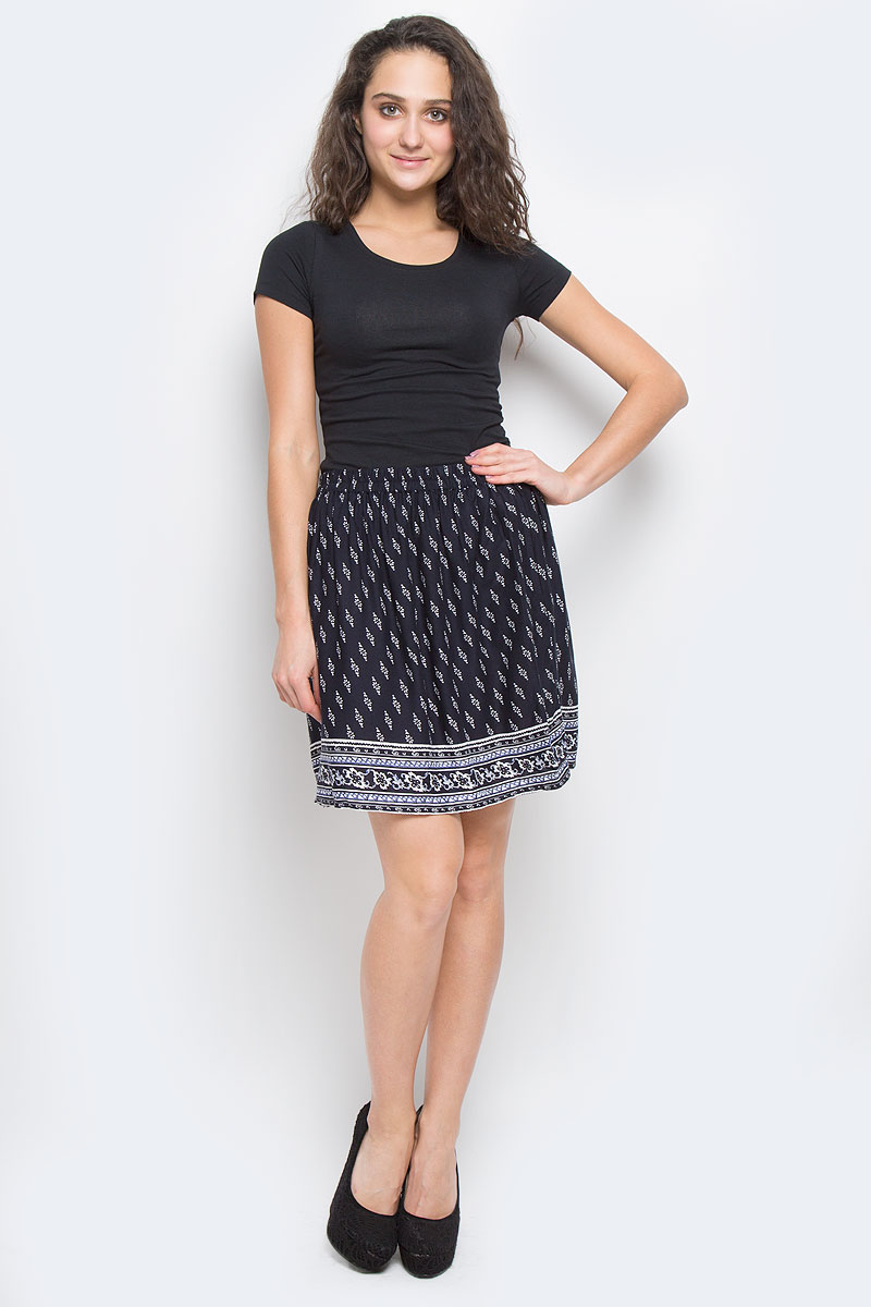 Юбка Sela Casual, цвет: темно-синий. SK-118/805-6234. Размер 46SK-118/805-6234Эффектная юбка Sela Casual подчеркнет вашу женственность и неповторимый стиль.Легкая юбка выполнена из высококачественной 100% вискозы, благодаря чему она великолепно тянется, пропускает воздух и позволяет коже дышать. Благодаря эластичной резинке на талии юбка превосходно сидит и не сковывает движений. Боковые швы дополнены втачными карманами. От линии талии заложены складки, придающие модели пышность. Оформлено изделие мелким цветочным принтом и оригинальным рисунком по подолу.Модная юбка-миди выгодно освежит и разнообразит ваш гардероб. Создайте женственный образ и подчеркните свою яркую индивидуальность!