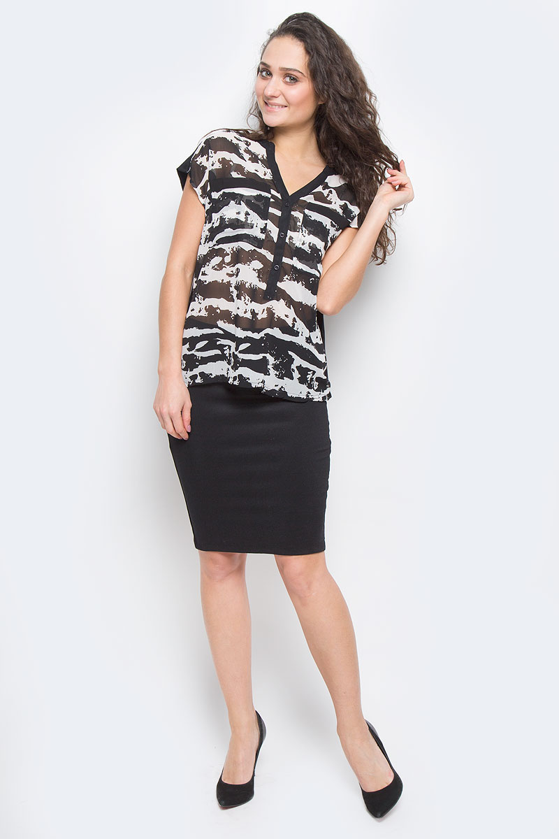 Блузка Broadway, цвет: черный, белый. 6010163000E. Размер S (42-44)60101630 00EСтильная блузка Broadway, выполненная из высококачественного материала, - находка для современной женщины, желающей выглядеть стильно и модно. Передняя часть блузки изготовлена из полупрозрачного полиэстера, спинка - из мягкого хлопка.Модель свободного кроя с короткими рукавами и V-образным вырезом горловины будет отлично на вас смотреться. Блузка на груди застегивается на три пуговицы и имеет два накладных кармашка. Спинка удлиненная.Такая модель, несомненно, вам понравится и послужит отличным дополнением к вашему гардеробу.