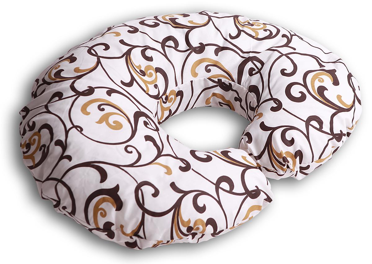 Body Pillow Подушка для беременных и кормящих Рогалик цвет бежевый золотойС70х90 холо беж-золПодушка для кормления Body Pillow «Рогалик» - это ни с чем несравнимый комфорт молодой мамы и малыша во время кормления грудью. Подушка одевается вокруг талии мамы, и малыш располагается на подушке. Так, подушка поддерживает все тело малыша, и ему удобно. А у мамы нет напряжения в области рук, шеи и спины.Подушку можно использовать как гнездышко для малыша во время игры, а еще в ней удобно учиться сидеть.Подушкой можно пользоваться и до появления малыша – во время сна подкладывать под животик.Наполнитель подушки – холлофайбер – это мягкий и гибкий классический наполнитель.Этот материал состоит из волокон полиэстера, которые образуют сильную пружинистую структуру материала. Это свойство позволяет быстро восстанавливать свою форму после смятия, а так же принимать различные формы. В комплекте есть съемная наволочка на молнии бежевого цвета с шоколадно-золотистым узором «Вензеля» из плотного поликаттона, которая будет очень эффектно смотреться в любом интерьере.