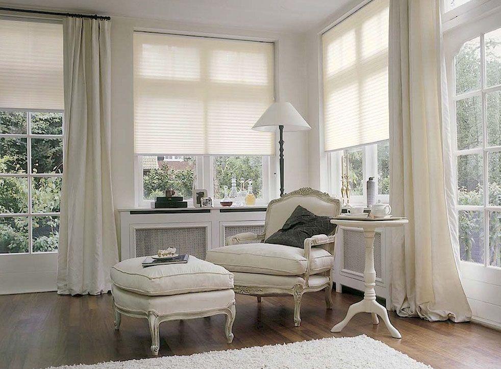 """Плиссе """"Эскар"""" приятного светло-бежевого окраса имеют шероховатую  поверхность и отличаются упругостью. Закрепленные на окнах изделия  позволяют сохранять прохладу в комнате. Плиссе гармонично вписывается в  любой интерьер.   Область применения: для прямоугольных, вертикальных окон, дверей,  поворотных и поворотно-откидных окон.  Вид крепления: кронштейны. Монтаж - со сверлением.   Шторы двигаются по боковым направляющим сверху вниз."""