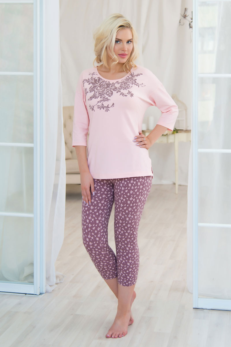 Комплект домашний женский Mia Cara: футболка, бриджи, цвет: розовый, светло-коричневый. AW16-MCUZ-732. Размер 54/56AW16-MCUZ-732Российский бренд Mia cara с итальянским темпераментом воплотил в своей продукции традиционное европейское качество, ультрамодный дизайн и исключительный комфорт.Эксклюзивные авторские принты и набивные рисунки, разработанные дизайнерами из Милана для торговой марки вызывают восхищение и восторг у самых требовательных женщин, ценящих красоту и удобство! Все полотна, использующиеся для производства одежды, изготовлены из высококачественного хлопка, изделия очень мягкие на ощупь и тактильно приятные. В ткань нежно вплетены специальные волокна эластана, которые позволяют создать прилегающий силуэт и обеспечить комфорт. Вся продукция обладает благородными и стойкими цветами, устойчивыми к воздействиям в процессе использования и стирки.Изделия бесконечно долго имеют безупречный внешний вид, не линяют и не растягиваются.Одежда Mia cara позволит вам всегда выглядеть эффектно и элегантно дома, ежедневно радовать себя и ваших близких.
