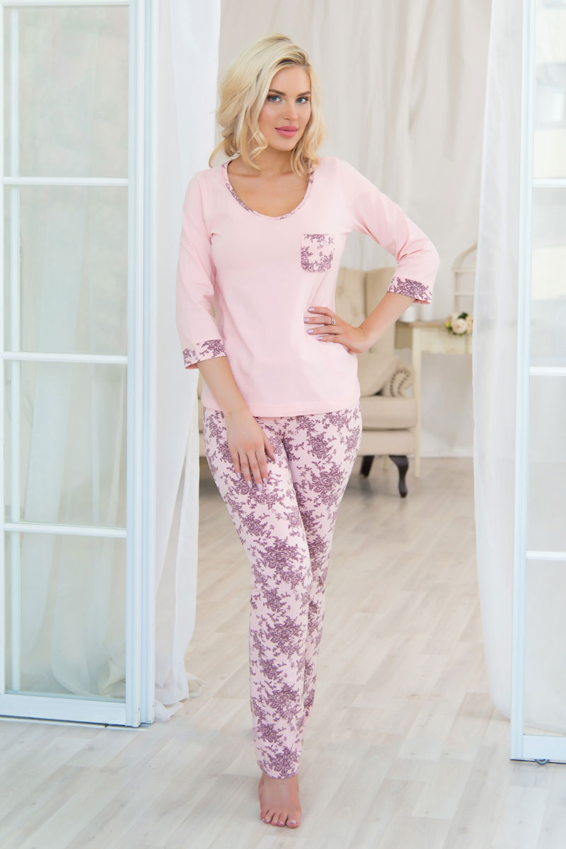 Комплект домашний женский Mia Cara: футболка, брюки, цвет: розовый. AW16-MCUZ-734. Размер 42/44AW16-MCUZ-734Российский бренд Mia cara с итальянским темпераментом воплотил в своей продукции традиционное европейское качество, ультрамодный дизайн и исключительный комфорт. Эксклюзивные авторские принты и набивные рисунки, разработанные дизайнерами из Милана для торговой марки, вызывают восхищение и восторг у самых требовательных женщин, ценящих красоту и удобство! Все полотна, использующиеся для производства одежды, изготовлены из высококачественного хлопка, изделия очень мягкие на ощупь и тактильно приятные. В ткань нежно вплетены специальные волокна эластана, которые позволяют создать прилегающий силуэт и обеспечить комфорт. Вся продукция обладает благородными и стойкими цветами, устойчивыми к воздействиям в процессе использования и стирки.Изделия бесконечно долго имеют безупречный внешний вид, не линяют и не растягиваются. Одежда Mia cara позволит вам всегда выглядеть эффектно и элегантно дома, ежедневно радовать себя и ваших близких.