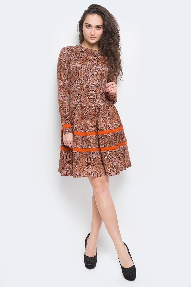 Платье La Via Estelar, цвет: темно-коричневый. 14988-6. Размер 4814988-6Платье La Via Estelar выполнено из высококачественного комбинированного материала. Платье-миди с круглым вырезом горловины и длинными рукавами застегивается на потайную застежку-молнию расположенную в среднем шве спинки. Юбка модели дополнена сборками. Платье оформлено оригинальным орнаментом и вставками контрастного цвета.
