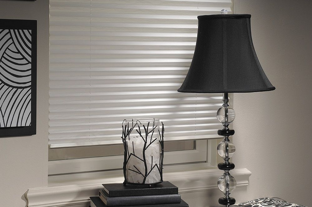 Представленные шторы плиссе приятного белого окраса имеют шероховатую  поверхность и отличаются упругостью. Закрепленные на окнах изделия  позволяют сохранять прохладу в комнате. Плиссе гармонично вписывается в  любой интерьер.   Область применения: для прямоугольных, вертикальных окон, дверей,  поворотных и поворотно-откидных окон.  Вид крепления: кронштейны.