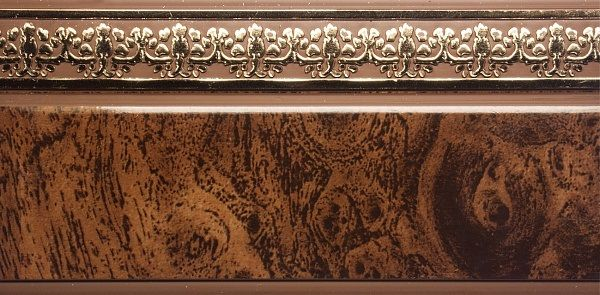 Багет Эскар Мрамор Дамаск, цвет: темная подложка, золотистый, 5 см х 240 см290153240Багет Эскар представляет собой изготовленную из поливинилхлорида (ПВХ) полую пластину, применяющуюся как потолочный карниз.Багет для карниза крепится к карнизным шинам. Благодаря багетному карнизу, от взора скрывается верхняя часть штор (шторная лента, крючки), тем самым придавая окну и интерьеру в целом изысканный вид и шарм. Карниз однорядный.