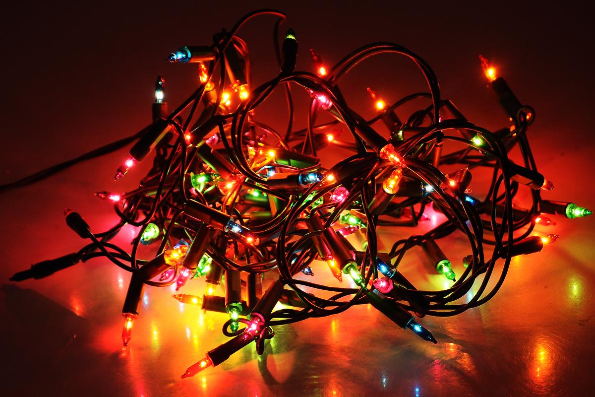 Гирлянда электрическая Winter Wings, 100 ламп, длина 7 мN11214Новогодняя электрическая гирлянда Winter Wings предназначена для украшения интерьеров. Изделие состоит из 100 разноцветных светодиодов. Гирлянда оборудована вставными заменяемыми лампами постоянного контакта. При неисправности одной лампы другие продолжают гореть. Такая гирлянда украсит ваш дом изнутри. Оригинальный дизайн и красочное исполнение создадут праздничное настроение. Откройте для себя удивительный мир сказок и грез. Почувствуйте волшебные минуты ожидания праздника, создайте новогоднее настроение вашим дорогим и близким.Общая длина: 7 м.Длина провода от последней лампочки до вилки: 2 м.Количество режимов: 2.