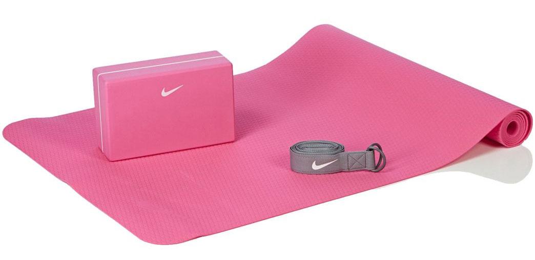 Набор для йоги Nike Essential Yoga Kit, цвет: розовый, серый, 3 предметаN.YE.13.687.OSНабор для йоги Nike Essential Yoga Kit состоит из мата для йоги, упорного блока и пояса. Такой набор отлично подойдет для занятий фитнесом, йогой, гимнастикой. Коврик выполнен из термопластичного эластомера и ЭВА. Блок - ЭВА, ремень - полиэстер и пластик.Легкий упорный блок помогает при занятиях йогой. Ремень обеспечивает комфортное натяжение. Текстурированный 3-миллиметровый коврик имеет легкий вес и быстро сохнет. Рельефная поверхность коврика обеспечивает хорошее сцепление с поверхностью.Размер коврика: 173 х 61 х 0,3 см.Размер блока: 23 х 15 х 8,5 см.Длина ремня: 215 см.Йога: все, что нужно начинающим и опытным практикам. Статья OZON Гид