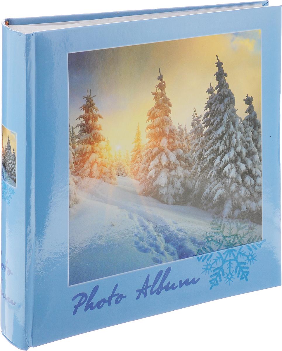 """Фотоальбом Big Dog """"4 Seasons"""" поможет красиво оформить ваши самые интересныефотографии. Обложка, выполненная из толстого картона, декорирована красочным рисунком с изображением зимнего пейзажа.Внутри содержится блок из 100 белых листов с фиксаторами-окошками из полипропилена. Альбомрассчитан на 200 фотографий формата 10 х 15 см (по 1 фотографии на странице). Переплет -книжный. Нам всегда так приятно вспоминать о самых счастливых моментах жизни, запечатленных нафотографиях. Поэтому фотоальбом является универсальным подарком к любому празднику.Количество листов: 100."""