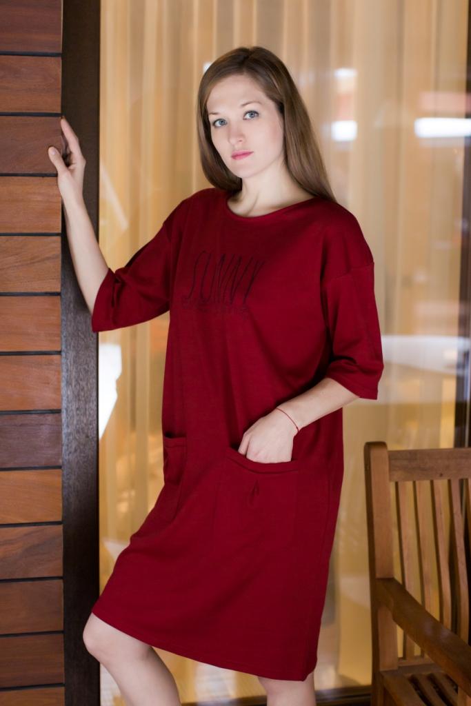 Платье домашнее Marusя, цвет: бордовый. 160076. Размер XXXXL (56)160076Домашнее платье Marusя выполнено из натурального хлопка и оформлено спереди буквенным принтом. Платье-миди свободного кроя с круглым вырезом горловины и рукавами до локтя дополнено двумя накладными карманами.