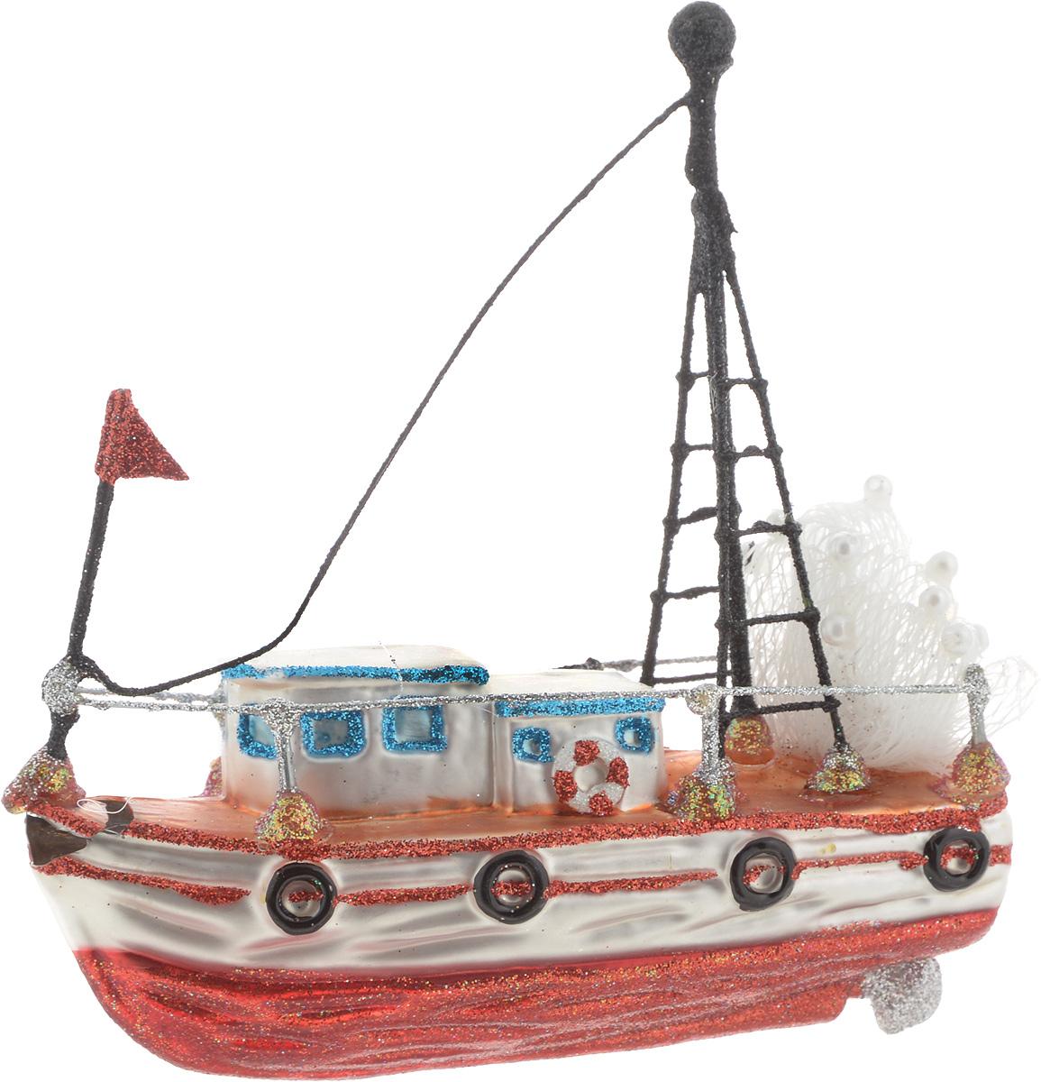"""Новогоднее подвесное украшение Winter Wings """"Кораблик"""" выполнено из стекла в виде корабля и украшено блестками. Изделие можно повесить в любом понравившемся вам месте. Но, конечно, удачнее всего оно будет смотреться на праздничной елке.Елочная игрушка - символ Нового года. Она несет в себе волшебство и красоту праздника. Создайте в своем доме атмосферу веселья и радости, украшая новогоднюю елку нарядными игрушками, которые будут из года в год накапливать теплоту воспоминаний."""
