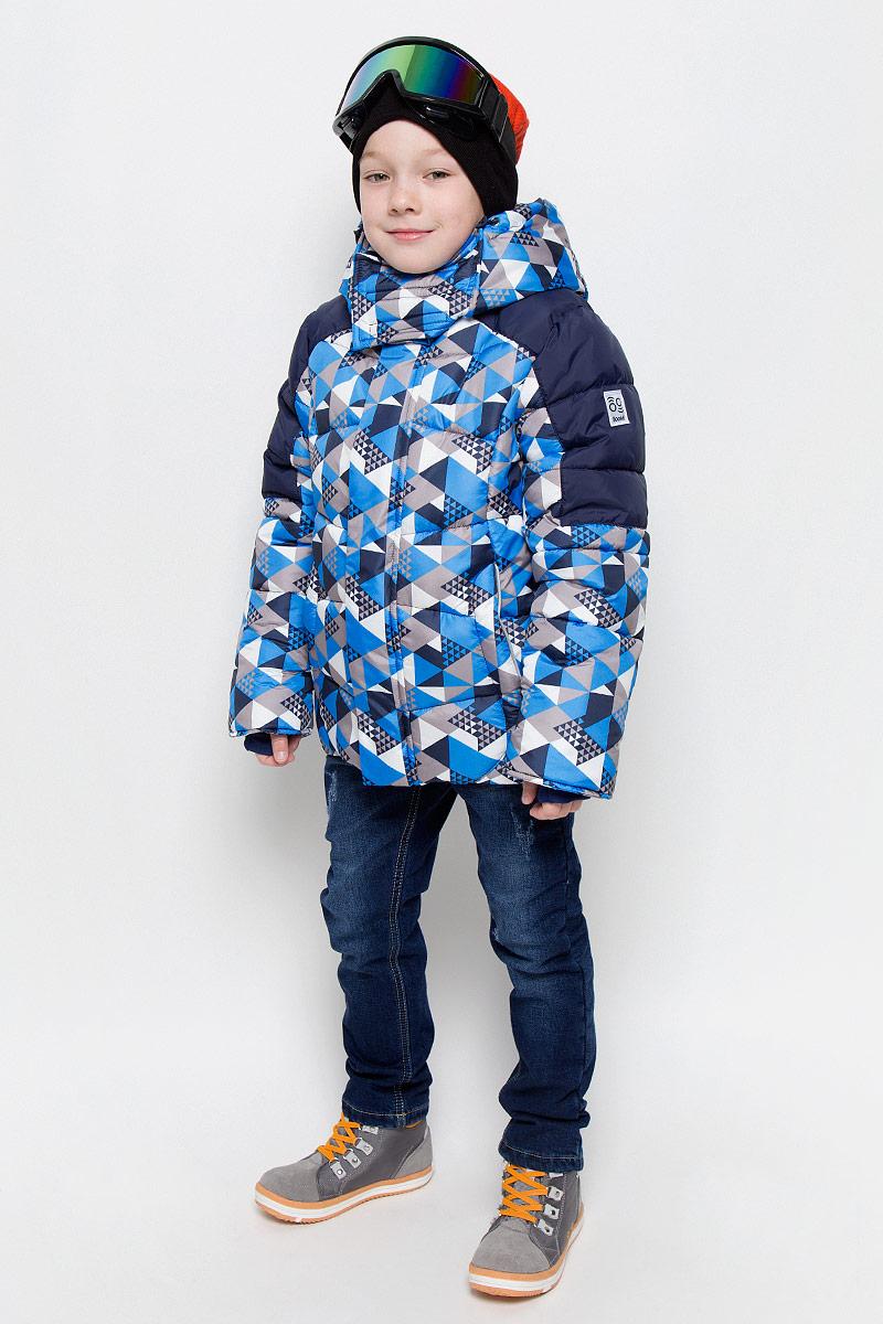 Куртка для мальчика Boom!, цвет: темно-синий, синий, белый. 64363_BOB_вар.3. Размер 116, 5-6 лет64363_BOB_вар.3Теплая куртка для мальчика Boom! идеально подойдет вашему ребенку в холодную погоду. Модель изготовлена из водонепроницаемой и ветрозащитной ткани, на подкладке из полиэстера с добавлением вискозы. В качестве утеплителя используется синтепон. Большая часть подкладки выполнена из теплого мягкого флиса. Куртка с капюшоном застегивается на пластиковую застежку-молнию и дополнительно имеет защиту подбородка и внешнюю ветрозащитную планку на липучках. Капюшон не отстегивается и по краю дополнен скрытой резинкой со стопперами. Также капюшон регулируется при помощи хлястиков на липучках и застегивается под подбородком на липучки. Спереди модель дополнена двумя прорезными кармашками. Рукава имеют трикотажные эластичные манжеты с прорезями для больших пальцев. Внутри куртки предусмотрена специальная эластичная вставка на кнопках, защищающая от снега и ветра. Оформлено изделие оригинальным принтом и дополнено светоотражающими элементами, которые не оставят вашего ребенка незамеченным в темное время суток.В комплект входит маска для занятий зимними видами спорта. В такой куртке вашему ребенку будет тепло и комфортно!