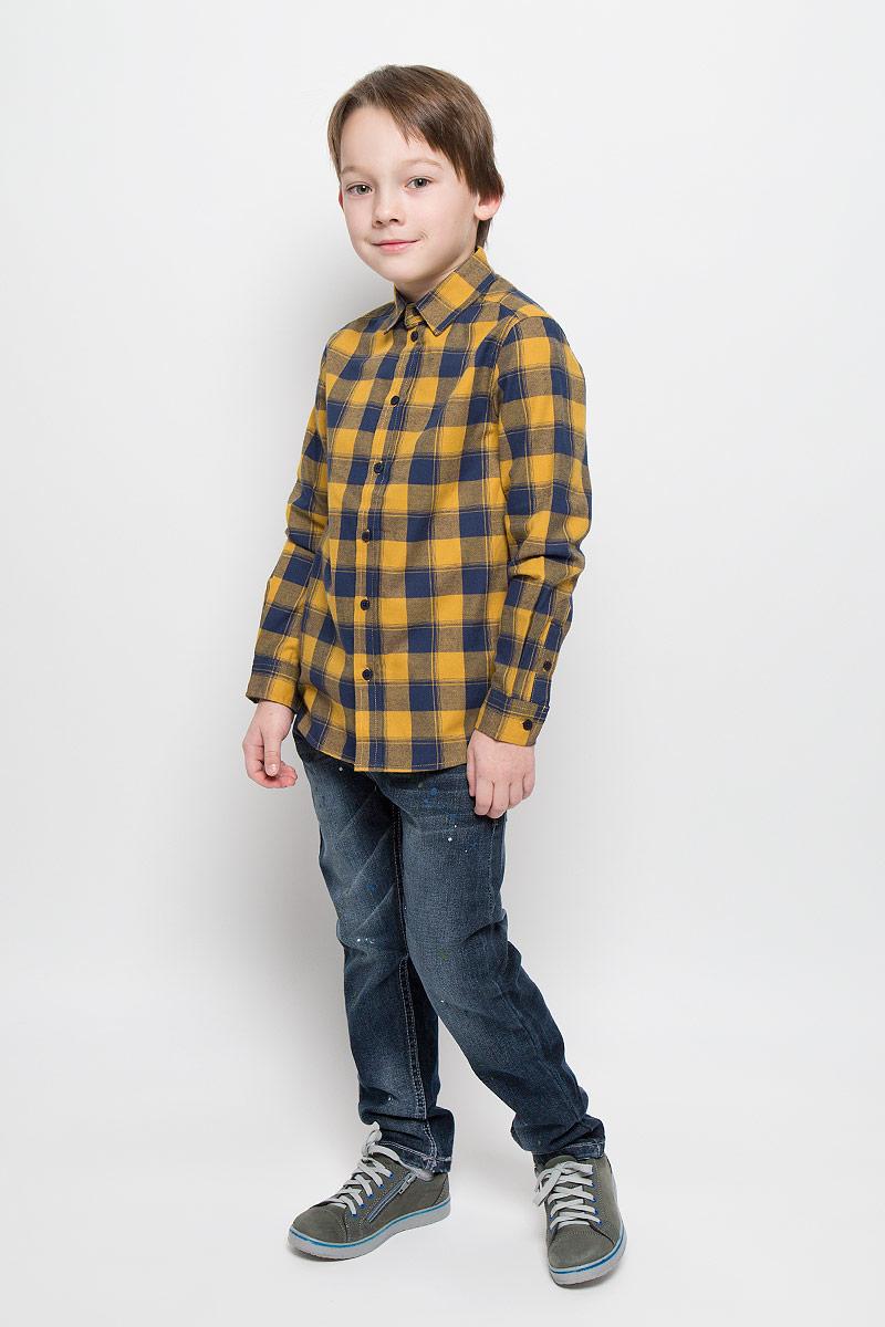 Рубашка для мальчика Button Blue, цвет: горчичный, синий. 216BBBC23010402. Размер 122, 7 лет216BBBC23010402Рубашка для мальчика Button Blue изготовлена из натурального хлопка. Рубашка с отложным воротником и длинными рукавами застегивается на пуговицы. На манжетах также имеются застежки-пуговицы. Изделие оформлено актуальным принтом в клетку. Модель позволит создать множество стильных многослойных решений в комбинации с однотонными футболками, пуловерами, джемперами.