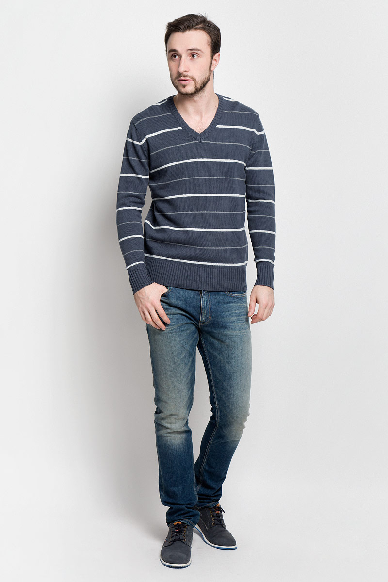 Джемпер мужской D&H Basic, цвет: темно-серый, белый. А600030907. Размер S (48)А600030907Мужской джемпер D&H Basic с V-образным вырезом горловины и длинными рукавами изготовлен из высококачественной хлопковой пряжи.Горловина, низ и манжеты джемпера связаны резинкой. Модель оформлена узором в виде контрастных полосок.