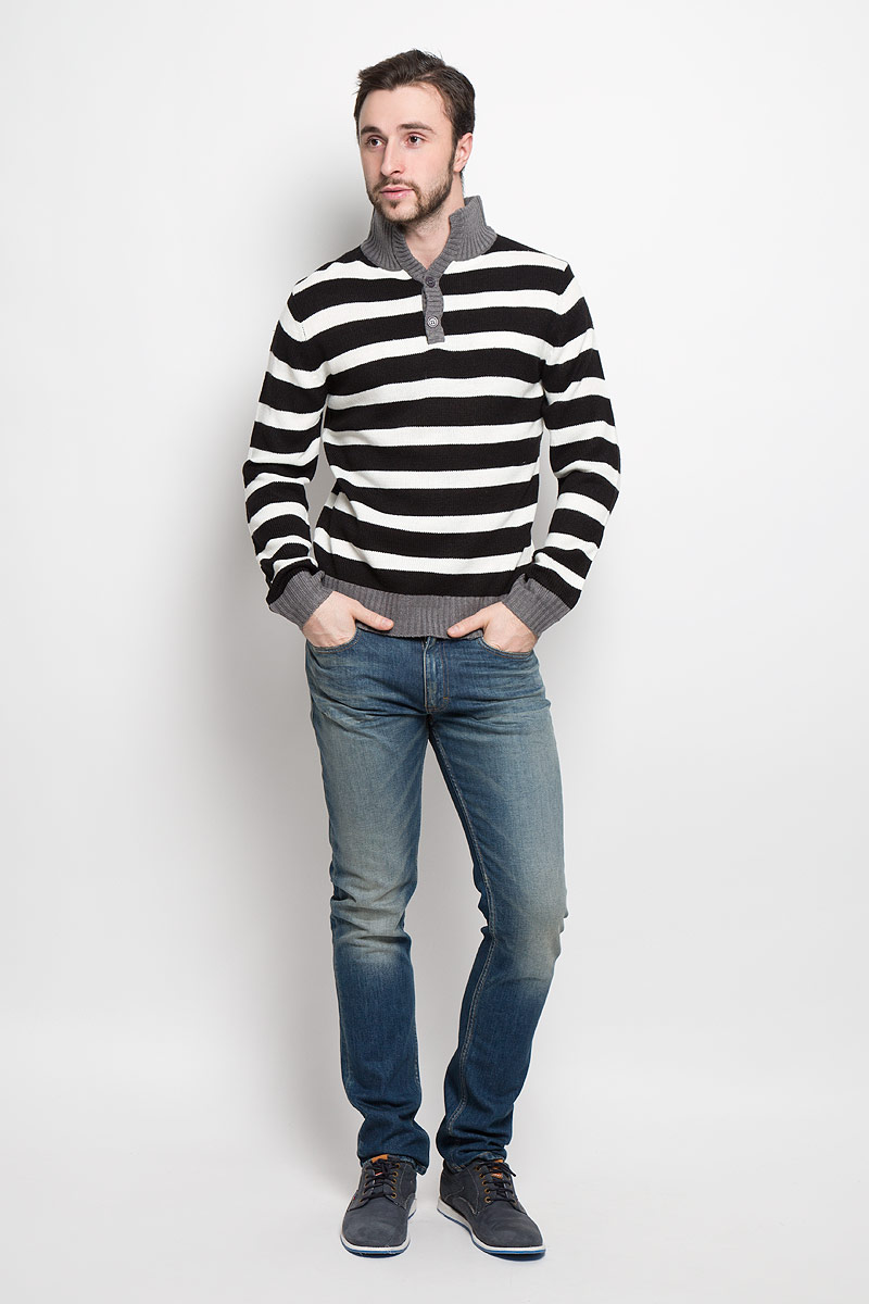 Свитер мужской D&H, цвет: черный, белый. А4500104. Размер XL (54)А4500104Стильный мужской свитер Epic Hero с воротником-стойкой и длинными рукавами изготовлен из высококачественной акриловой пряжи.Горловина, низ и манжеты свитера связаны резинкой. Модель на груди застёгивается на две пуговицы и оформлена узором в виде контрастных полосок.