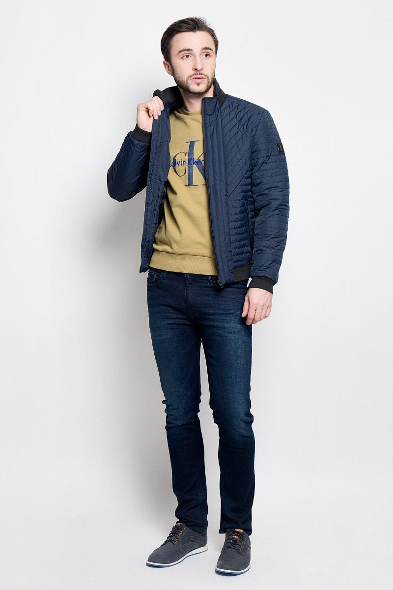 Куртка мужская Calvin Klein Jeans, цвет: темно-синий. J30J304274_4020. Размер L (48/50)J30J304274_4020Стильная мужская куртка Calvin Klein Jeans изготовлена из высококачественного полиамида с подкладкой из полиэстера. В качестве наполнителя используется полиэстер.Куртка с воротником-стойкой застегивается на застежку-молнию. Воротник дополнен трикотажной резинкой. Спереди имеются два прорезных кармана на молниях, с внутренней стороны - прорезной карман. Манжеты рукавов и низ куртки дополнены трикотажными резинками.