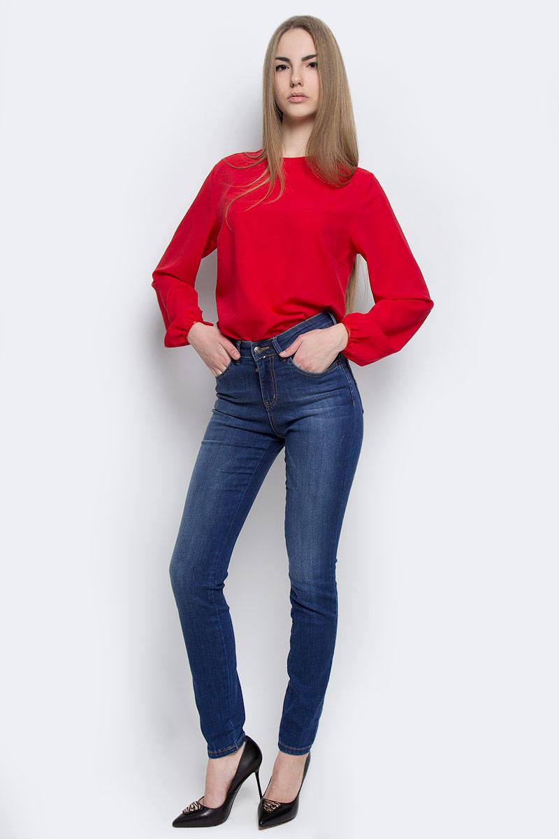Джинсы женские F5, цвет: темно-синий. 19733. Размер 26-34 (42-34)19733Стильные женские джинсы F5 выполнены из качественного комбинированного материала.Модель-слим застегивается на металлическую пуговицу в поясе и ширинку на застежке-молнии, имеются шлевки для ремня. Джинсы с завышенной талией имеют классический пятикарманный крой: спереди модель дополнена двумя втачными карманами и одним маленьким накладным кармашком, а сзади - двумя накладными карманами. Изделие оформлено контрастной строчкой.