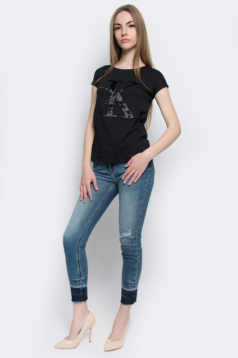 Футболка женская Calvin Klein Jeans, цвет: черный. J20J201330_0990. Размер M (44/46)J20J201330_0990Женская футболка Calvin Klein Jeans, выполненная из натурального хлопка, поможет создать отличный современный образ в стиле Casual.Футболка с круглым вырезом горловины и короткими-цельнокроеными рукавами. Модель оформлена фирменным принтом с логотипом бренда.