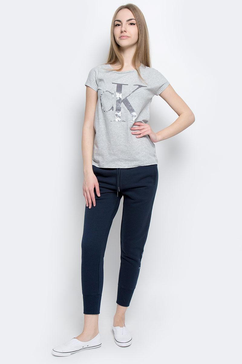 Футболка женская Calvin Klein Jeans, цвет: светло-серый меланж. J20J201330_0380. Размер S (42/44)J20J201330_0380Женская футболка Calvin Klein Jeans, выполненная из натурального хлопка, поможет создать отличный современный образ в стиле Casual.Футболка с круглым вырезом горловины и короткими-цельнокроеными рукавами. Модель оформлена фирменным принтом с логотипом бренда.