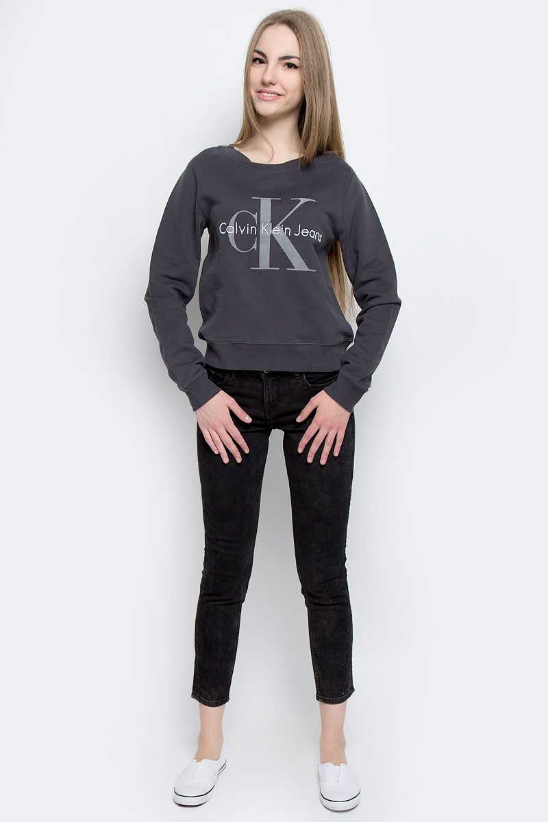Свитшот женский Calvin Klein Jeans, цвет: темно-серый. J20J201323_0040. Размер XL (48/50)J20J201323_0040Модный женский свитшот Calvin Klein Jeans, изготовленный из натурального хлопка, мягкий и приятный на ощупь с внутренней стороны выполнен небольшими петельками.Модель с круглым вырезом горловины и длинными рукавами оформлена принтом с логотипом бренда. Горловина, манжеты рукавов и низ изделия изготовлены из трикотажной резинки.