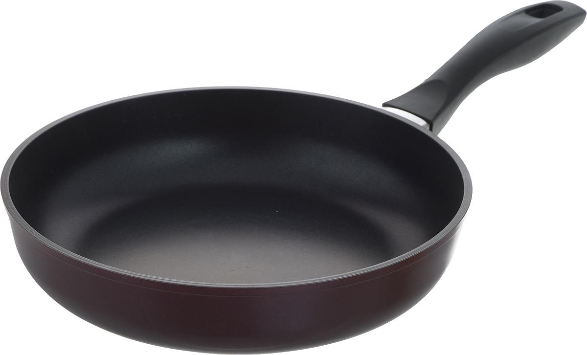 """Сковорода Биол """"Атлас"""" изготовлена из пищевого алюминиевого сплава с антипригарным эко-покрытием Greblon. Утолщенное дно такой посуды быстро и равномерно распределяет тепло. Сковорода имеет сверхпрочный корпус, устойчива к появлению царапин, благодаря верхнему слою с усиленными керамическими частицами. При нагревании не выделяет токсичного вещества PFOA. Ручка эргономичной формы выполнена из бакелита. Подходит для газовой, электрической и стеклокерамической плиты. Не подходит для индукционной. Можно мыть в посудомоечной машине. Диаметр (по верхнему краю): 26 см. Высота стенки: 6 см. Длина ручки: 18,5 см."""