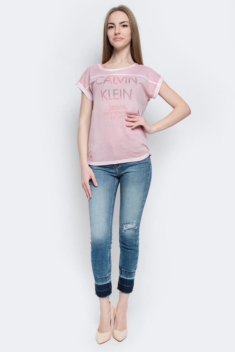 Футболка женская Calvin Klein Jeans, цвет: светло-розовый. J20J201331_5130. Размер M (44/46)J20J201331_5130Женская футболка Calvin Klein Jeans выполнена из хлопка и полиэстера. Модель с круглым вырезом горловины и короткими рукавами имеет свободный силуэт. Изделие оформлено надписями.