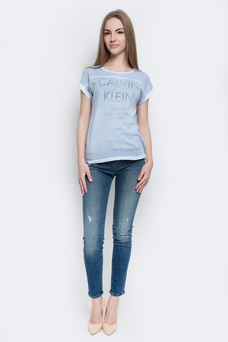 Футболка женская Calvin Klein Jeans, цвет: голубой. J20J201331_4350. Размер M (44/46)J20J201331_4350Женская футболка Calvin Klein Jeans выполнена из хлопка и полиэстера. Модель с круглым вырезом горловины и короткими рукавами имеет свободный силуэт. Изделие оформлено надписями.