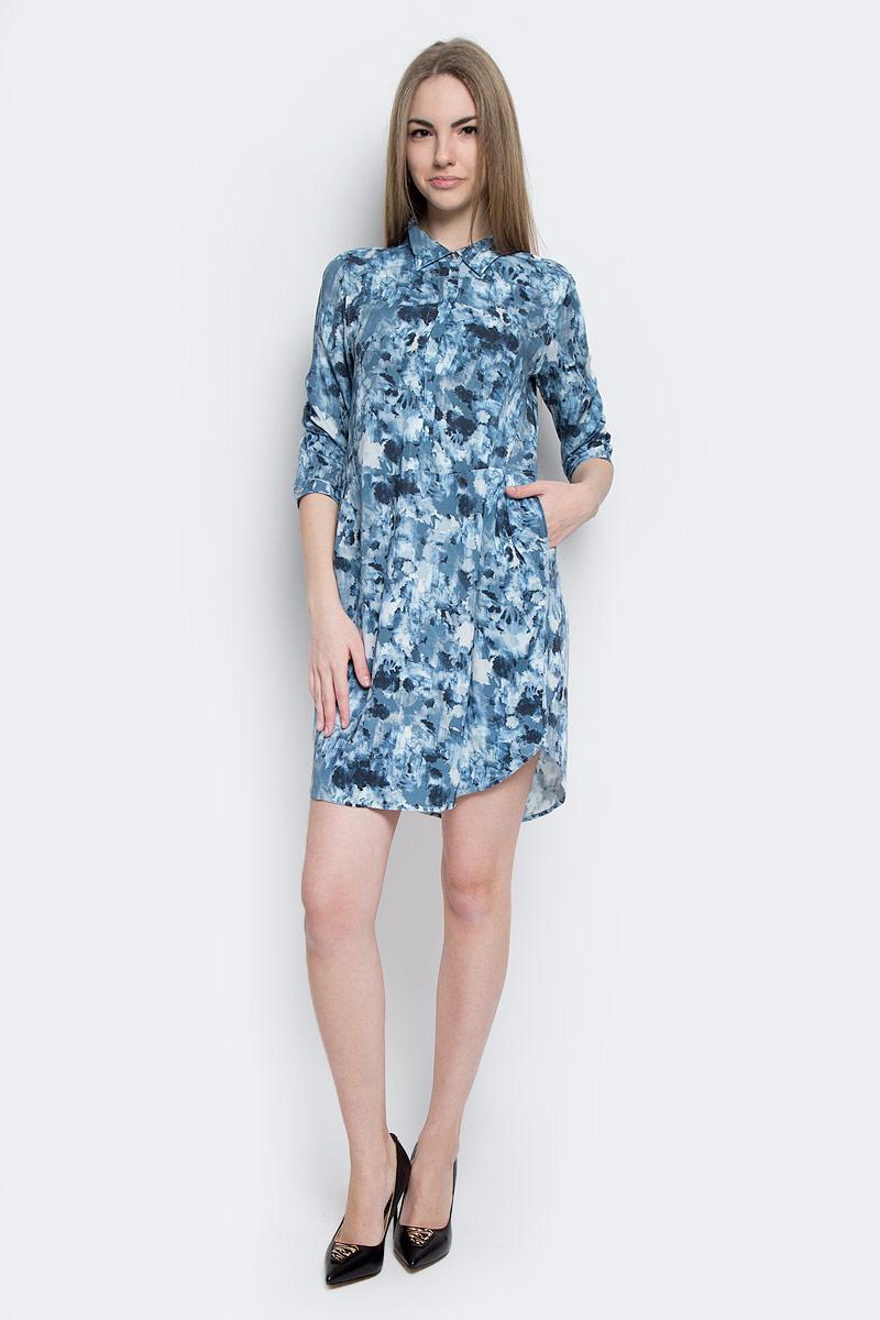 Платье Calvin Klein Jeans, цвет: темно-синий, голубой, серый. J20J201230_0020. Размер S (42)J20J201230_0020Стильное платье Calvin Klein Jeans изготовлено из вискозы.Модель-мини свободного кроя с отложным воротником и рукавами 3/4 застегивается спереди на металлические пуговицы. Манжеты рукавов оснащены застежками-пуговицами. По бокам расположены втачные карманы. Спинка модели присборена вшитую на резинку.