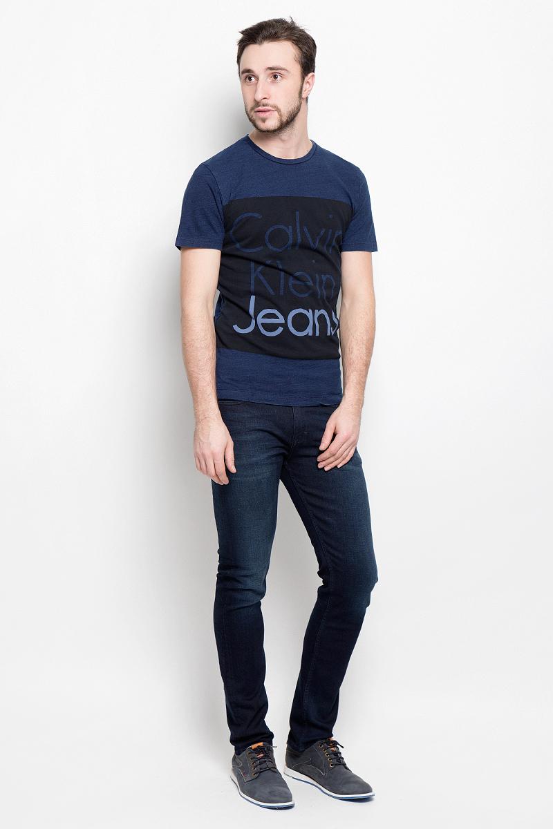 Футболка мужская Calvin Klein Jeans, цвет: темно-синий, черный. J30J301242_8630. Размер S (44/46)J30J301242_8630Мужская футболка Calvin Klein Jeans выполнена из натурального хлопка. Модель с круглым вырезом горловины и короткими рукавами оформлена на груди принтом в виде названия бренда.