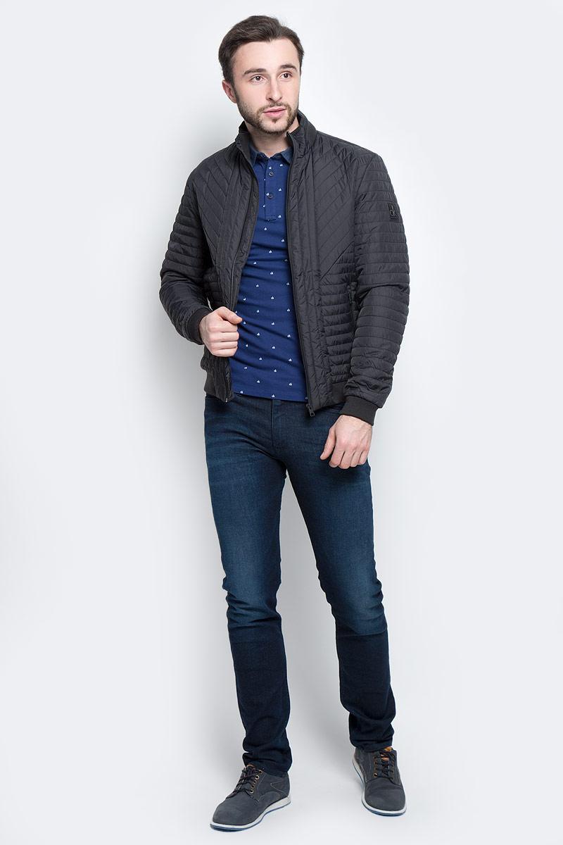 Куртка мужская Calvin Klein Jeans, цвет: черный. J30J304274_0990. Размер S (44/46)J30J304274_0990Стильная мужская куртка Calvin Klein Jeans изготовлена из высококачественного полиамида с подкладкой из полиэстера. В качестве наполнителя используется полиэстер.Куртка с воротником-стойкой застегивается на застежку-молнию. Воротник дополнен трикотажной резинкой. Спереди имеются два прорезных кармана на молниях, с внутренней стороны - прорезной карман. Манжеты рукавов и низ куртки дополнены трикотажными резинками.