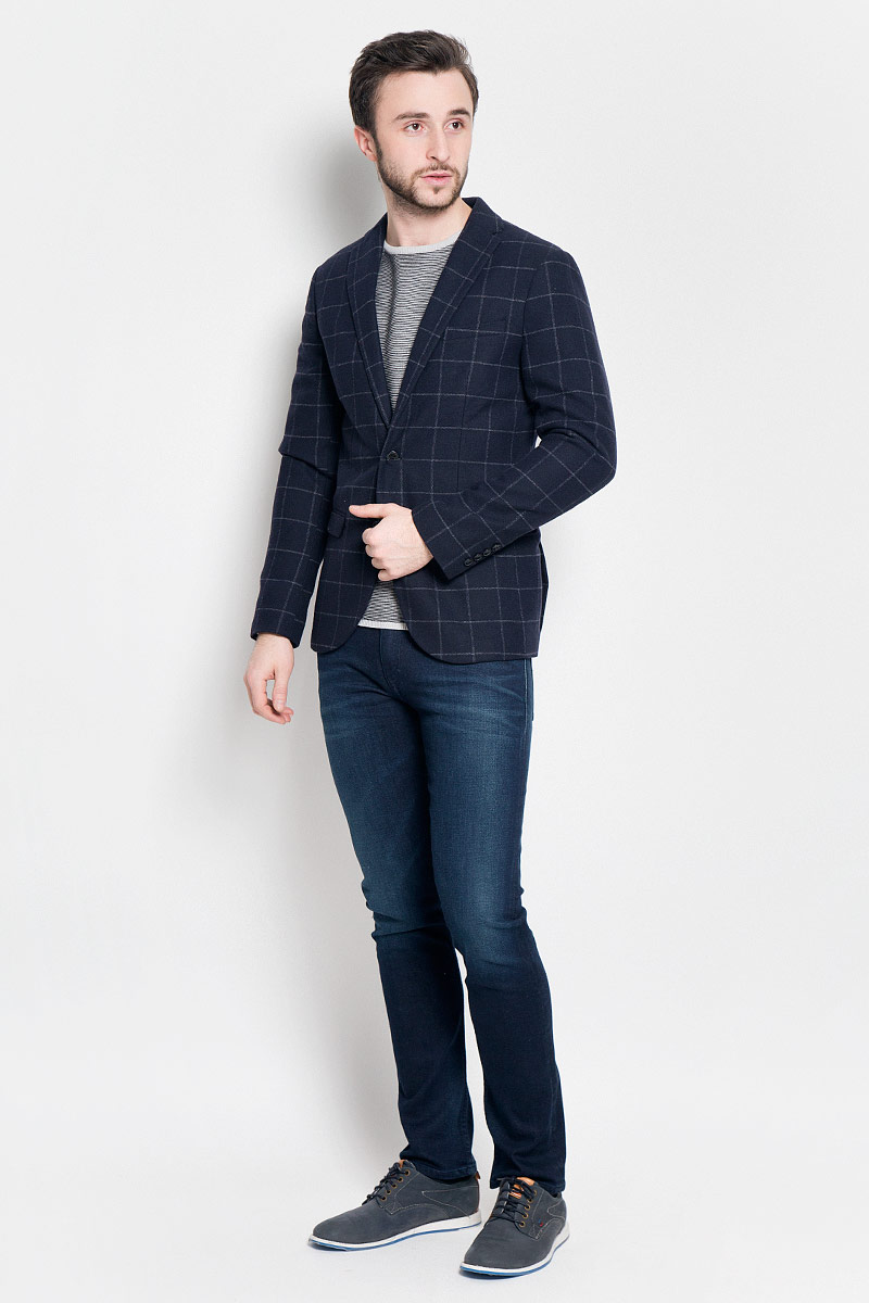 Пиджак мужской Selected Homme, цвет: темно-синий. 16053138. Размер (50)16053138_Navy BlueКлассический мужской пиджак Selected Homme изготовлен из полиэстера с добавлением шерсти. Подкладка пиджака выполнена из полиэстера.Пиджак с воротником с лацканами и длинными рукавами застегивается на две пуговицы. Манжеты рукавов также дополнены декоративными пуговицами. Пиджак имеет два втачных кармана с клапанами и нагрудный кармашек спереди, а также два потайных втачных карманама, один из которых на пуговице.