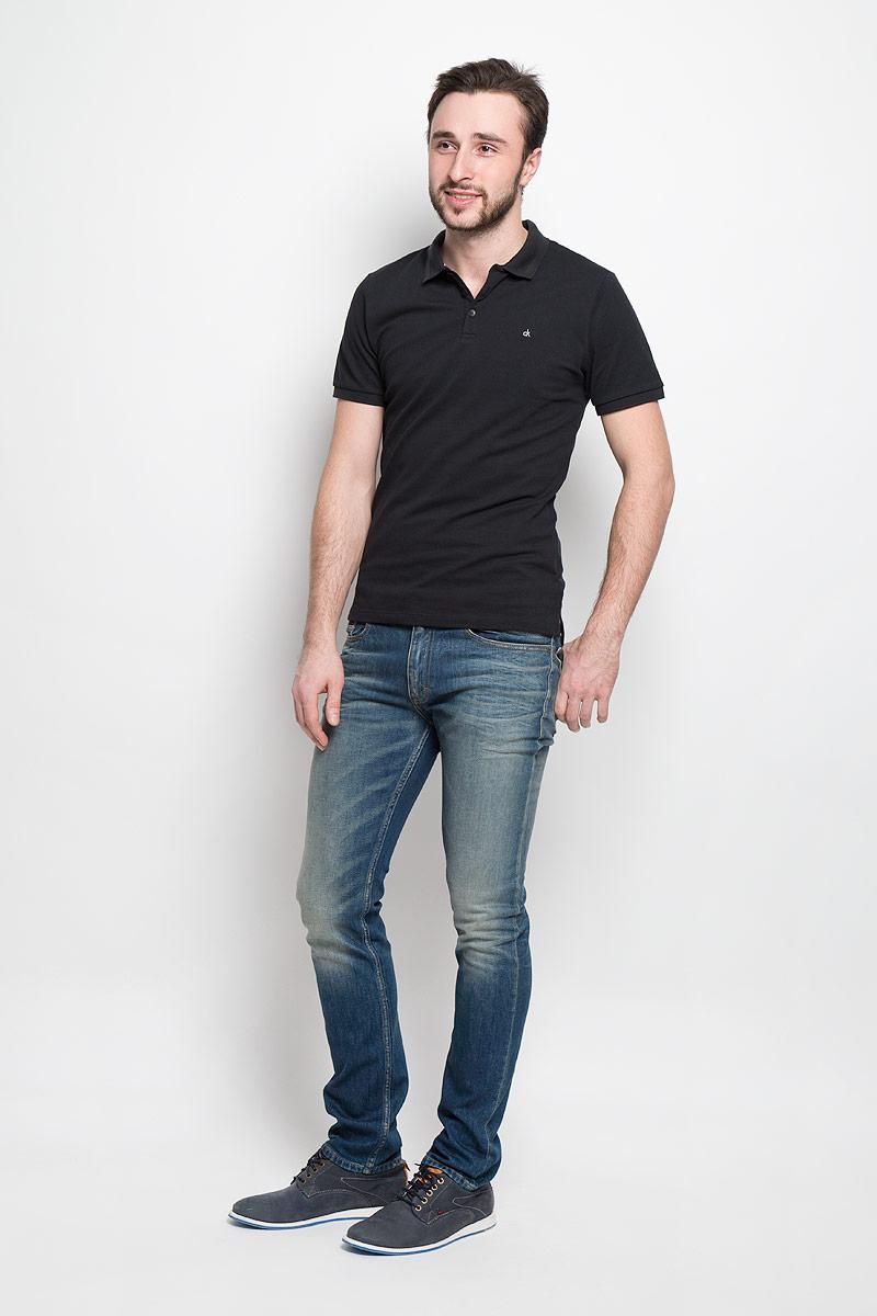 Джинсы мужские Calvin Klein Jeans, цвет: темно-синий. J30J301312_9124. Размер 30 (44/46)J30J301312_9124Стильные мужские джинсы Calvin Klein Jeans изготовлены из хлопка с добавлением эластана.Джинсы-слим средней посадки застегиваются на пуговицу в поясе и ширинку на застежке-молнии. На поясе имеются шлевки для ремня. Спереди модель дополнена двумя втачными карманами и одним небольшим накладным кармашком, сзади - двумя накладными карманами. Модель оформлена контрастной прострочкой, эффектом потертости и перманентными складками.
