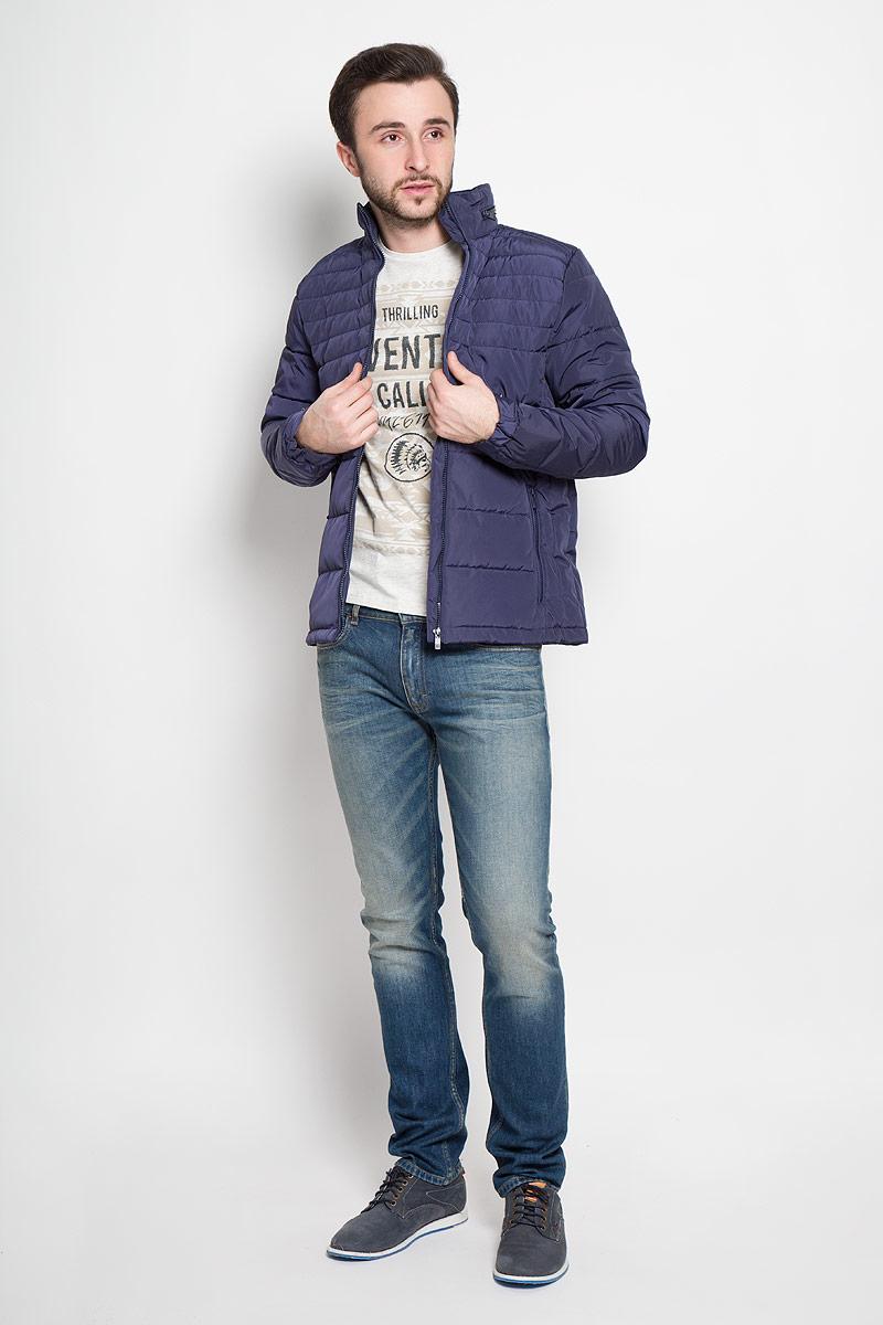 Куртка мужская Top Secret, цвет: темно-синий. SKU0714GR. Размер XXL (54)SKU0714GRСтильная мужская куртка Top Secret изготовлена из высококачественного полиэстера. В качестве утеплителя используется синтепон.Куртка с воротником-стойкой застегивается на застежку-молнию. Воротник оснащен карманом на застежке-молнии, в который складывается капюшон. Спереди расположены два прорезных кармана на застежках-молниях, с внутренней стороны - два накладных кармана. Манжеты рукавов присборены на резинки и дополнены хлястиками на кнопках.