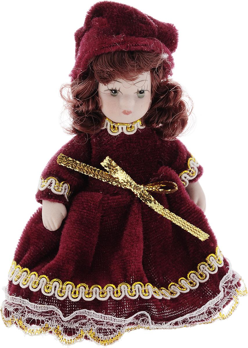 Фигурка декоративная Lovemark Кукла, цвет: бордовый, золотистый, высота 10 см24719_бордовый, золотистыйФигурка декоративная Lovemark Кукла изготовлена из керамики в виде куклы с кудрявыми каштановыми волосами, большими глазами иресницами. Куколка одета в длинное бархатное платье, декорированное золотистой тесьмой и бантиком, и шапочку.Вы можете поставить фигурку в любое место, где она будет красиво смотреться и радовать глаз. Кроме того, она станет отличным сувениром длядрузей и близких. А прикрепив к ней петельку, такую куколку можно подвесить на елку.Размер: 10 х 3,5 см.