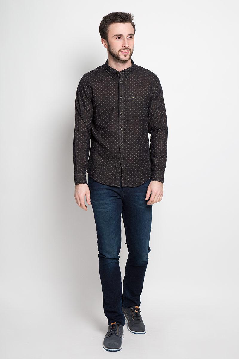 Рубашка мужская Lee, цвет: черный. L880CK01. Размер M (48)L880CK01Стильная мужская рубашка Lee выполнена из натурального хлопка. Модель с отложным воротником и длинными рукавами застегивается на пуговицы спереди о оснащена нагрудным карманом. Манжеты рукавов дополнены застежками-пуговицами.