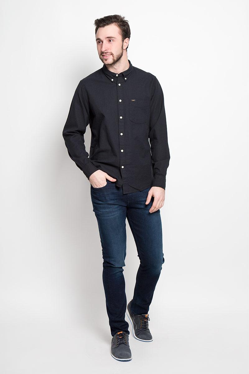 Рубашка мужская Lee, цвет: черный. L880CL01. Размер M (48)L880CL01Стильная мужская рубашка Lee выполнена из натурального хлопка. Модель с отложным воротником и длинными рукавами застегивается на пуговицы спереди о оснащена нагрудным карманом. Манжеты рукавов дополнены застежками-пуговицами.
