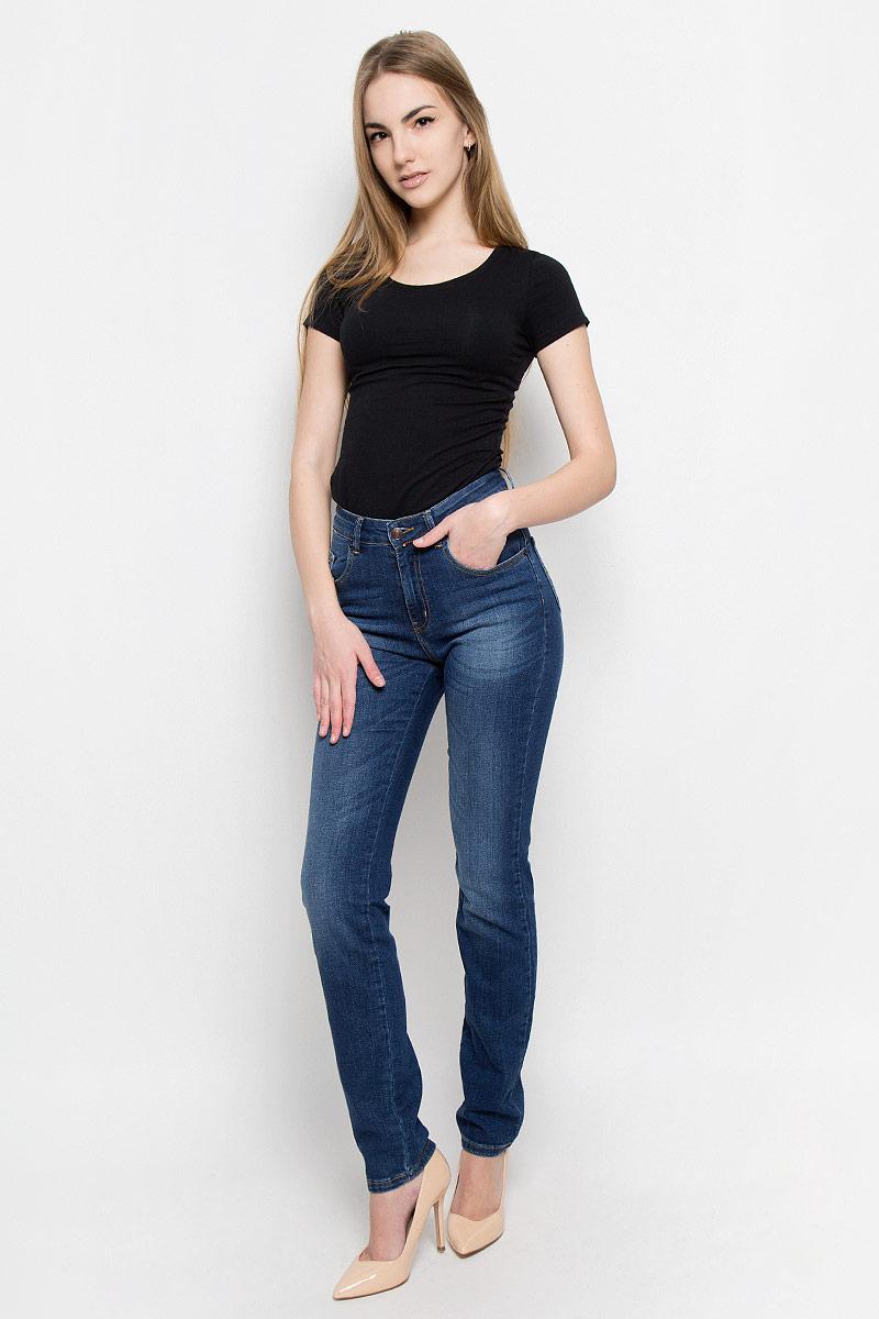 Джинсы женские F5, цвет: темно-синий. 19735_w.medium. Размер 28-32 (44-32)19735_w.mediumЖенские джинсы F5 выполнены из высококачественного эластичного хлопка. Джинсы зауженного кроя застегиваются на пуговицу в поясе и ширинку на застежке-молнии, дополнены шлевками для ремня. Джинсы имеют классический пятикарманный крой: спереди модель дополнена двумя втачными карманами и одним маленьким накладным кармашком, а сзади - двумя накладными карманами. Джинсы украшены декоративными потертостями.