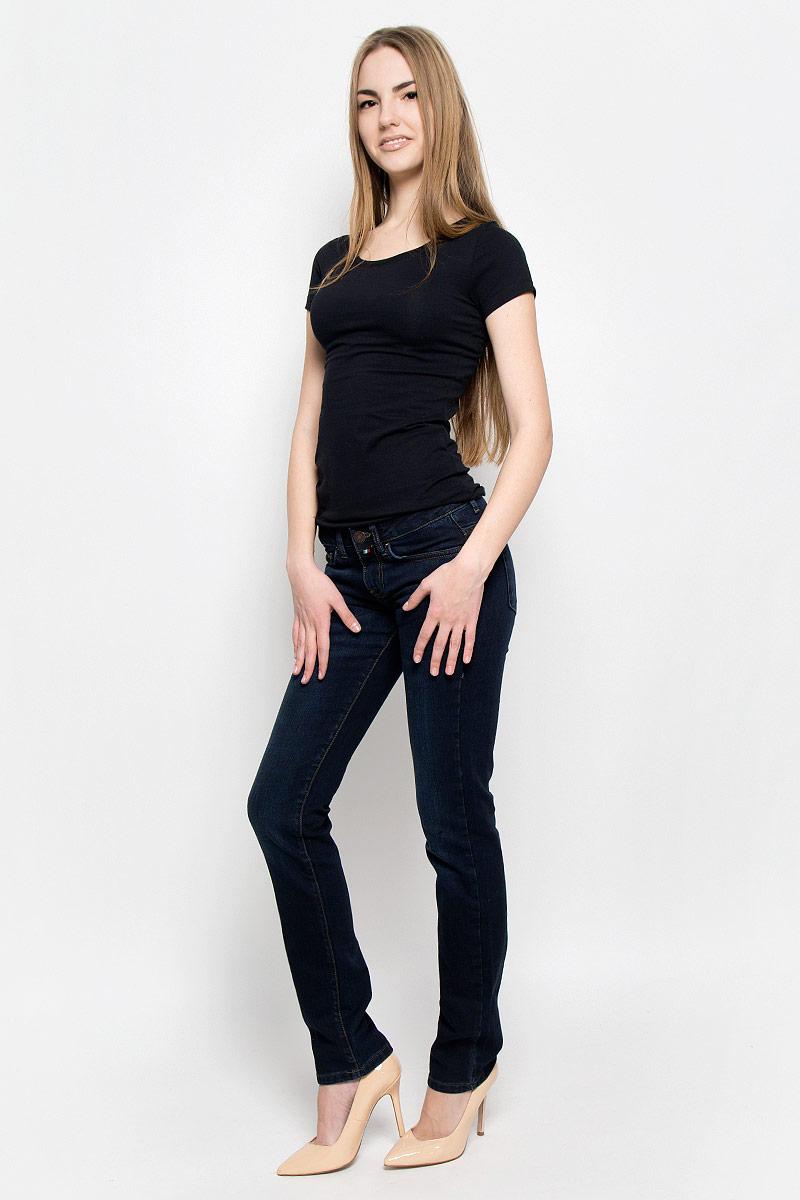 Джинсы женские F5, цвет: темно-синий. 19202_w.dark. Размер 26-34 (42-34)19202_w.darkЖенские джинсы F5 выполнены из хлопка с добавлением лайкры. Джинсы прямого кроя и стандартной посадки застегиваются на пуговицу в поясе и ширинку на застежке-молнии, дополнены шлевками для ремня. Джинсы имеют классический пятикарманный крой: спереди модель дополнена двумя втачными карманами и одним маленьким накладным кармашком, а сзади - двумя накладными карманами. Джинсы украшены декоративными потертостями.