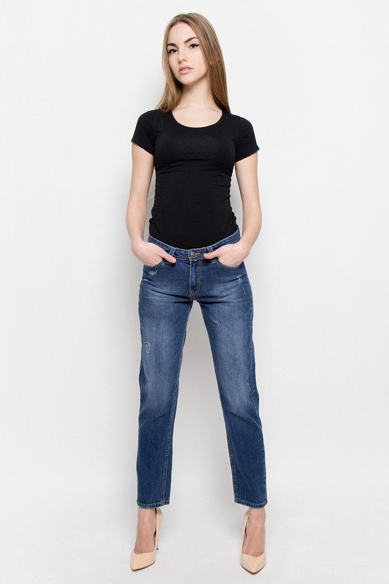 Джинсы женские F5, цвет: синий. 19728_w.medium. Размер 26-34 (42-34)19728_w.mediumЖенские джинсы F5 выполнены из высококачественного хлопка. Джинсы застегиваются на пуговицу в поясе и ширинку на застежке-молнии, дополнены шлевками для ремня. Джинсы имеют классический пятикарманный крой: спереди модель дополнена двумя втачными карманами и одним маленьким накладным кармашком, а сзади - двумя накладными карманами. Джинсы украшены декоративными потертостями.