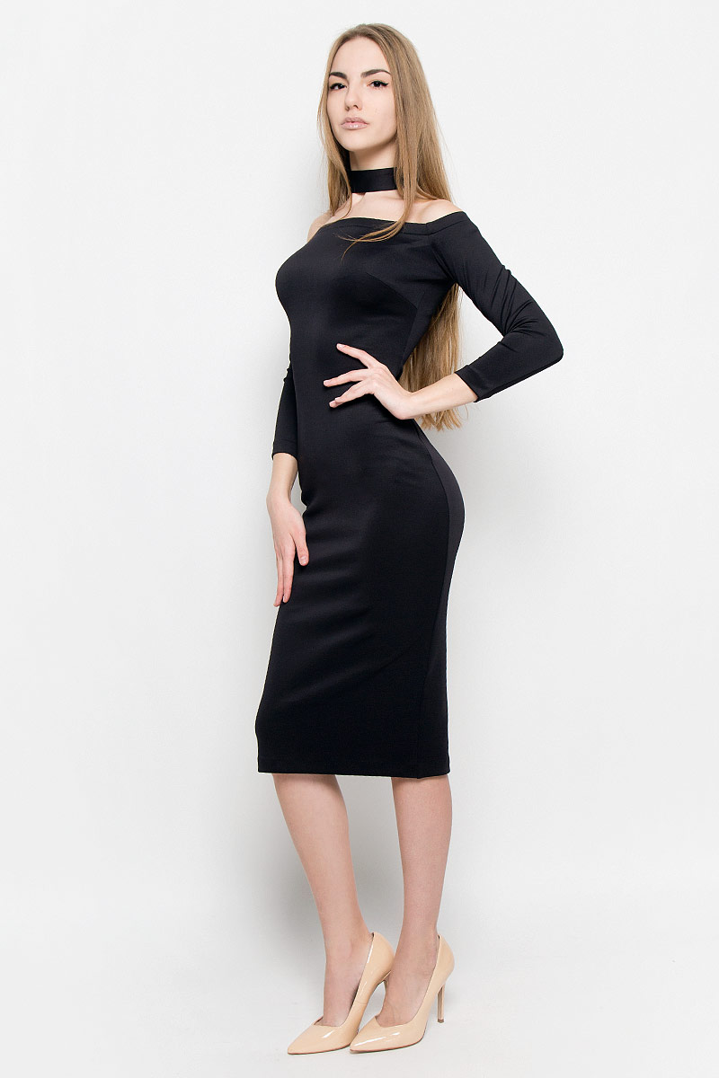 Платье Ruxara, цвет: черный. 109911. Размер 48109911Восхитительное платье выполнено из плотного трикотажа. Модель-миди прилегающего силуэта с рукавом 3/4. Вырез-лодочка делает акцент на изящные плечи. Эластичная резинка по горловине позволяет надежно фиксировать платье на плечах. Дополнением служит чокер в цвет платья.