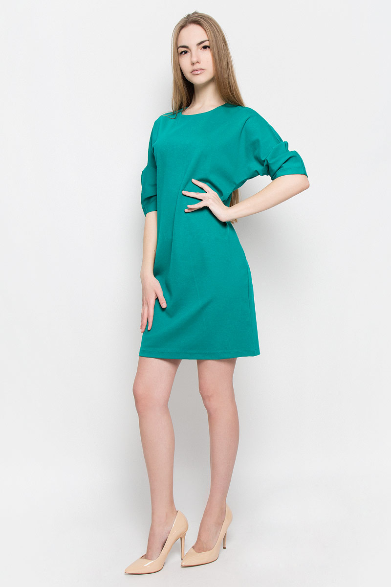 Платье Ruxara, цвет: изумрудный. 103416. Размер 46103416Платье Ruxara выполнено из эластичной вискозной ткани. Модель прямого силуэта с цельнокроеным рукавом 3/4, оформленным складками по нижнему шву. Сзади застежка на пуговицу.