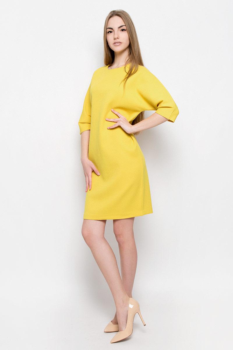 Платье Ruxara, цвет: яркая горчица. 103427. Размер 52103427Элегантное и стильное платье Ruxara выполнено из плотной ткани с рифленой поверхностью. Модель прямого силуэта длиной до колена. Рукав 3/4 со складками по нижнему шву. Сзади модель застегивается на потайную молнию.