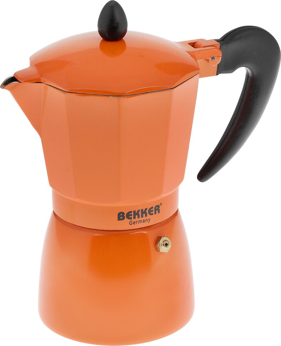 """Гейзерная кофеварка Bekker """"Koch"""" позволит вам приготовить  ароматный напиток за короткое время. Корпус кофеварки  изготовлен из высококачественного алюминия. Кофеварка  состоит из двух соединенных между  собой емкостей и снабжена алюминиевым фильтром. Удобная  ручка выполнена из прочного пластика. Данная модель предельно проста в использовании, в ней  отсутствуют подвижные части и нагревательные элементы,  поэтому в ней нечему ломаться. Гейзерные кофеварки  являются самыми популярными в мире и позволяют  приготовить ароматный кофе за считанные минуты. Основной принцип действия гейзерной кофеварки  состоит в том, что напиток заваривается путем прохождения  горячей воды через слой молотого кофе. В нижнюю часть  гейзерной кофеварки заливается вода, в промежуточную  часть засыпается молотый кофе, кофеварка ставится на огонь  или электрическую плиту. Закипая, вода начинает испаряться  и превращается в пар. Избыточное давление пара в нижней  части кофеварки выдавливает горячую воду через молотый  кофе и подобно небольшому гейзеру попадает в верхний  отсек, где и собирается в готовый кофе. Время приготовления  в гейзерной кофеварке составляет примерно 5 минут.  Кофеварку можно использовать на всех типах плит, кроме  индукционных. Рекомендуется ручная чистка.  Высота (с учетом крышки): 20 см. Диаметр основания: 9,5 см. Толщина стенки: 1,6 мм. Объем: 300 мл."""