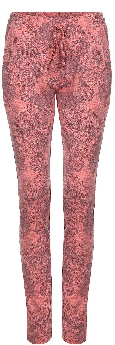 Брюки для дома женские Violett Огурцы, цвет: розовый, серый. 17150517. Размер M (46)17150517Женские домашние брюки Violett Огурцы прямого кроя и стандартной посадки изготовлены из натурального хлопка. Брюки имеют широкую эластичную резинку на поясе, а также дополнены внутренним затягивающимся шнурком-кулиской. Спереди расположены два втачных кармана. Модель оформлена принтом с цветочными узорами.