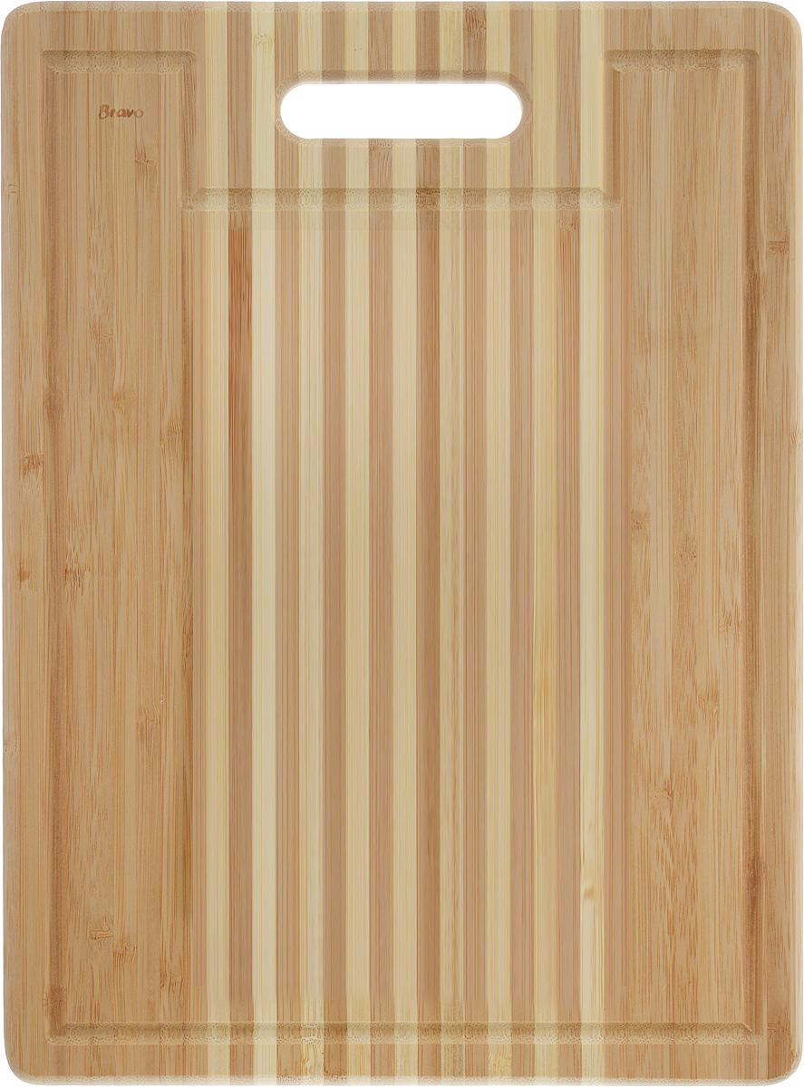 Доска разделочная LarangE От шефа, 36 х 27 х 1,8 см. 624-176624-176Доска разделочная LarangE От шефа изготовлена из качественного бамбука. Доска склеивается в заводских условиях из отдельных распиленных полос. Сочетание склеенных полосок разного цвета в изделии выглядит богато и притягательно. Бамбук обладает плотной и очень твердой структурой (400-700 кг/м3), устойчив к механическим и климатическим воздействиям. Доски из бамбука не рассыхаются и не трескаются, не портятся от мытья в теплой воде, не впитывают влагу и запахи и имеют долгий срок службы. Бамбук - это 100% экологически чистый продукт. Доска снабжена ручкой для удобного использования. Желобки по краям доски предназначены для стока жидкости. Доска разделочная LarangE От шефа станет полезным приобретением для вашей кухни, а также красиво дополнит как современный, так и классический интерьер. Не рекомендуется мыть в посудомоечной машине.