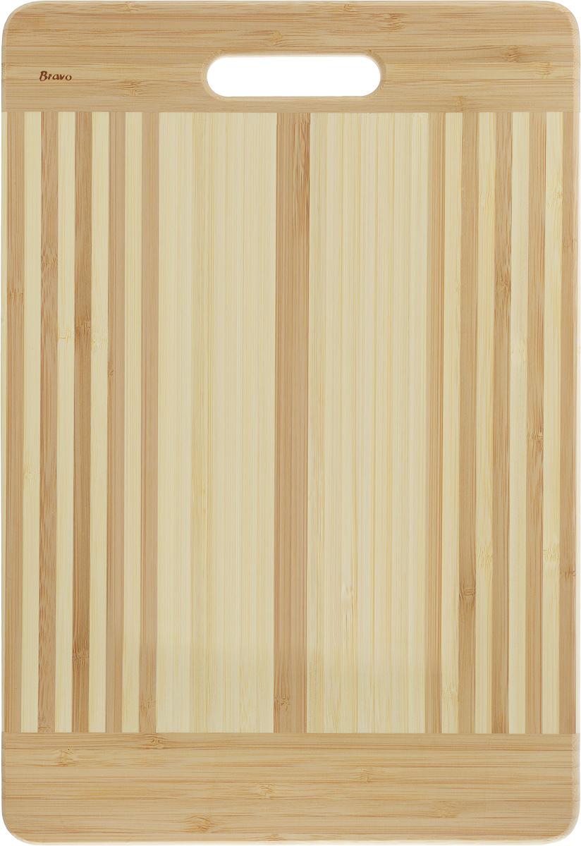 Доска разделочная LarangE От шефа, 39 х 27 х 1,8 см624-178Доска разделочная LarangE От шефа изготовлена из качественного бамбука. Доска склеивается в заводских условиях из отдельных распиленных полос. Сочетание склеенных полосок разного цвета в изделии выглядит богато и притягательно. Бамбук обладает плотной и очень твердой структурой (400-700 кг/м3), устойчив к механическим и климатическим воздействиям. Доски из бамбука не рассыхаются и не трескаются, не портятся от мытья в теплой воде, не впитывают влагу и запахи и имеют долгий срок службы. Бамбук - это 100% экологически чистый продукт. Доска разделочная LarangE От шефа станет полезным приобретением для вашей кухни, а также красиво дополнит как современный, так и классический интерьер. Не рекомендуется мыть в посудомоечной машине.