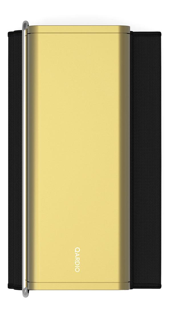 Qardio Прибор цифровой для измерения давления QardioArm Gold (A100-IGO)A100-IGOQardioArm - это изящный умный монитор артериального давления, транслирующий измерения давления и пульса на ваш смартфон на базе iOS или Android, используя беспроводной стандарт Bluetooth Smart. В связке с функциональным и качественно локализованным мобильным приложением QardioArm - это идеальный спутник для людей, тщательно следящих за состоянием своего здоровья. Компактный минималистичный дизайн, беспроводная синхронизация, совместимость с Apple Health, S Health и другими экосистемными решениями, специальные режимы для релаксации и более точных измерений, возможность автоматически отправлять данные вашему лечащему врачу и членам семьи - эти ключевые преимущества делают QardioArm самым удобным решением в сравнении с другими цифровыми тонометрами. Высокая точность измеренийQardioArm измеряет ваше систолическое и диастолическое давление, пульс, и отслеживает наличие аритмии. Высокой точности монитора артериального давления QardioArm доверяют профессионалы. В отдельных случаях вы можете активировать функцию автоматического тройного измерения с выводом средних значений. Это позволит получить максимально точные данные. Компактный и аккуратный дизайнДизайн монитора артериального давления QardioArm разработан специально для тех, кому важно иметь этот прибор под рукой всегда, где бы вы ни находились, и использовать даже без доступа к электросети. Вы просто можете положить его во внутренний карман вашего пиджака или польто. Так же вы можете привязывать каждое измерение к текущей геолокации. Это позволит вам анализировать, как смена обстановки или часового пояса влияет на ваше состояние. Полезные функцииУстанавливайте цели и напоминания, ведите журнал измерений с заметками и привязкой к геолокации, отслеживайте проявления аритмии. Простая визуализация ваших данных позволит сразу после измерения понять, на сколько ваше давление отклоняется от норм, принятых Всемирной Организацией Здравоохранения, и 