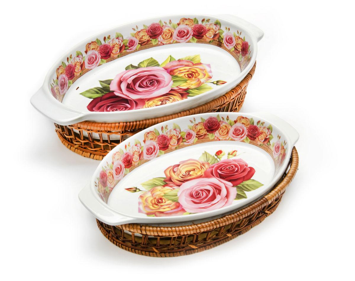 """Набор овальных форм """"Mayer & Boch"""" выполнен из качественного фарфора белого цвета. Поверхность украшена изображением цветов.К каждой форме прилагается плетеная корзинка из ротанга, выполняющая роль оригинальной подставки. Формы прекрасно подойдут для запекания овощей, мяса и других блюд, а благодаря своему оригинальному дизайну, они, несомненно, украсят ваш стол.Посуда не впитывает посторонние запахи, не имеет труднодоступных выступов или изгибов, которые накапливают грязь, и легко чистится. Фарфор выдерживает высокие перепады температуры, поэтому такие формы можно использовать в духовке, микроволновой печи, а также для хранения пищи в холодильнике. Подходит для мытья в посудомоечной машине. В комплекте: 2 формы, 2 плетеные корзинки.Форма 1: 1,5 л. Размер: 35 х 21 х 5 см. Форма 2: 800 мл. Размер: 28,5 х 16,5 х 4 см. Как выбрать форму для выпечки – статья на OZON Гид."""